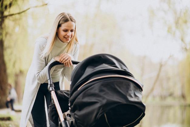 Jeune, Mère, Marche, Bébé, Landau, Parc Photo gratuit