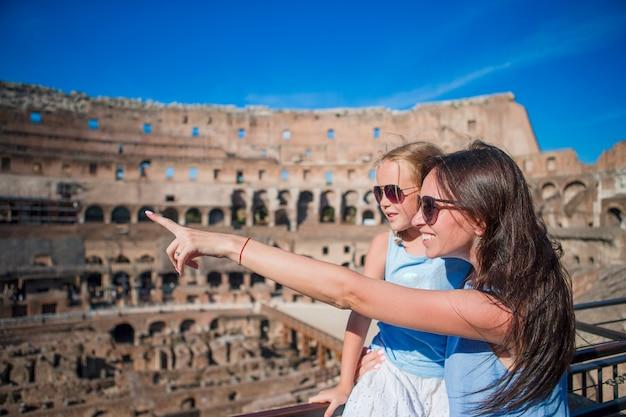 Jeune, mère, et, petite fille, étreindre, dans, colisée, rome, italie Photo Premium