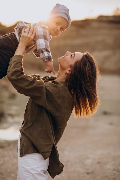 Jeune Mère S'amusant Avec Son Petit Fils Photo gratuit