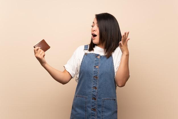 Jeune, mexicain, femme, isolé, tenue, portefeuille Photo Premium