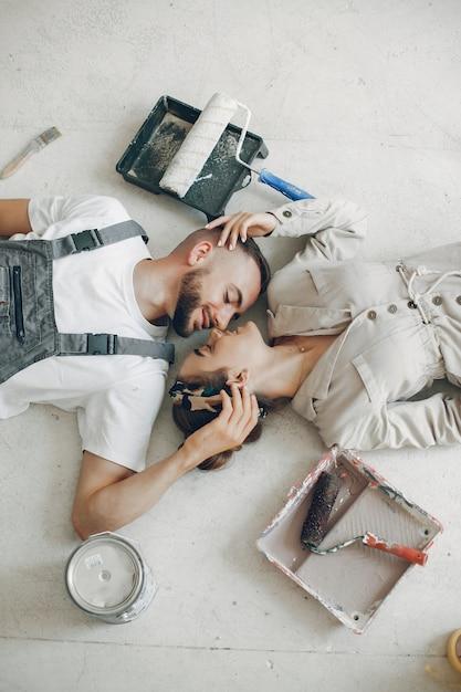 Le jeune et mignon couple répare la pièce Photo gratuit