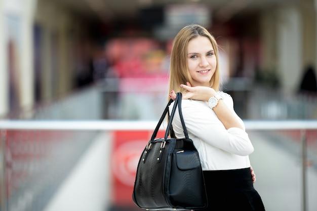 Jeune modèle féminin en tenue élégante Photo gratuit