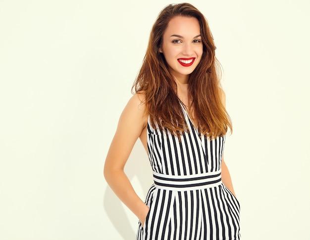 Jeune Modèle Femme Souriante élégante En Costume Rayé D'été Décontracté Avec Des Lèvres Rouges, Isolé Photo gratuit