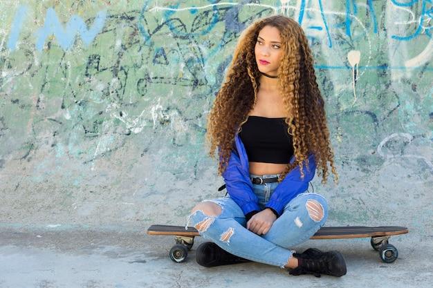 Jeune patineuse urbaine Photo gratuit