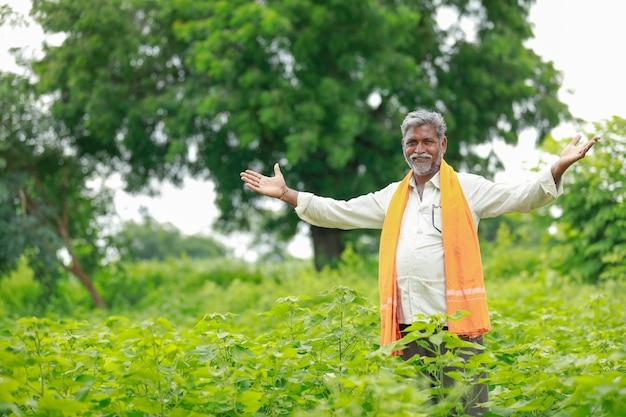Jeune paysan indien au champ de coton, inde Photo Premium