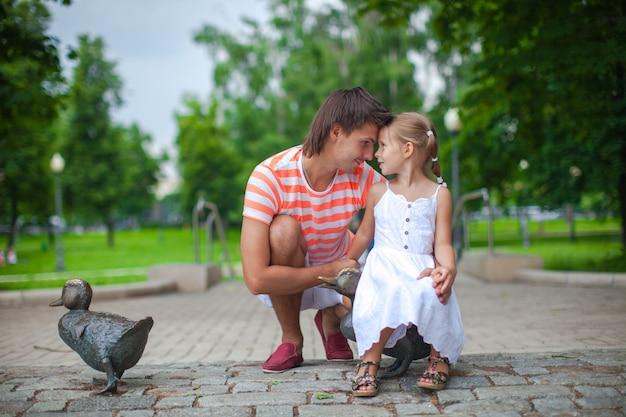 Jeune Père Heureux Avec Sa Fille Dans Le Parc S'amuser Photo Premium