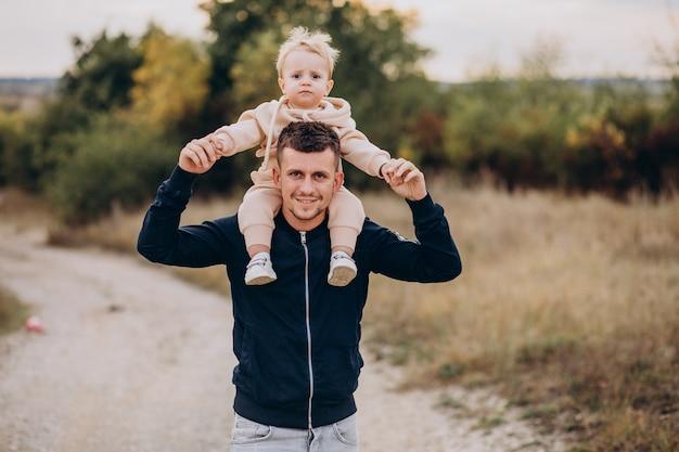 Jeune Père Avec Petit Fils Dans Le Parc Photo gratuit