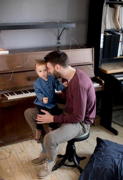 Jeune père et petite fille dans la chambre Photo Premium