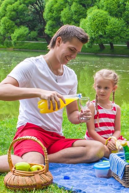 Jeune père et petite fille pique-nique en plein air Photo Premium