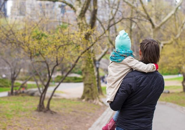 Jeune père et petite fille se promener dans central park Photo Premium