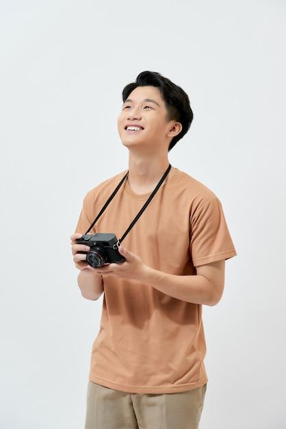 Jeune Photographe Asiatique Dans Un T-shirt Marron Photo Premium