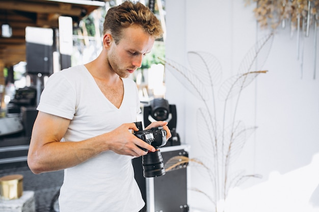 Jeune photographe de mariage travaillant Photo gratuit