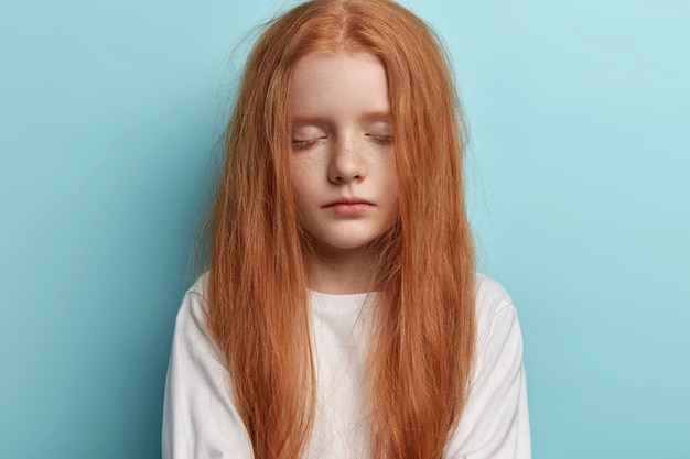 Jeune Rousse Aux Cheveux Raides Photo gratuit