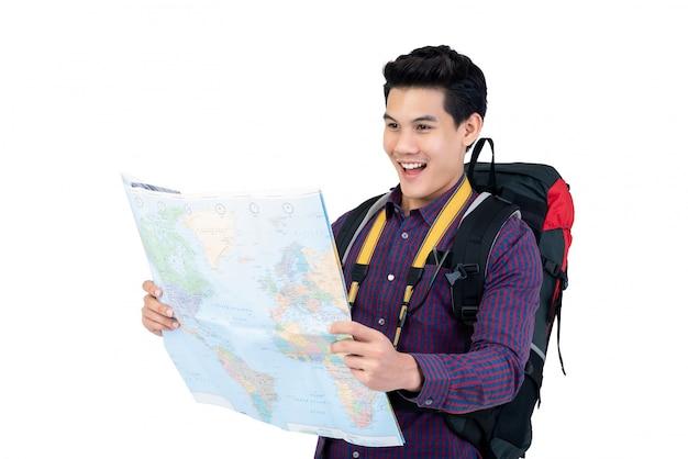 Jeune routard asiatique détenant la carte du monde Photo Premium