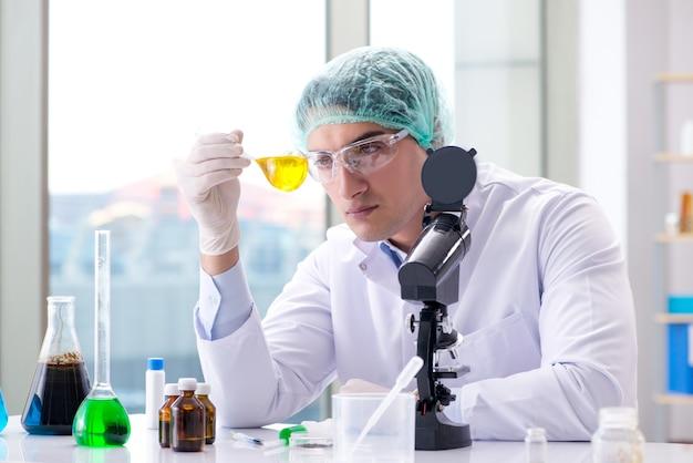 Jeune Scientifique Travaillant Dans Le Laboratoire Photo Premium