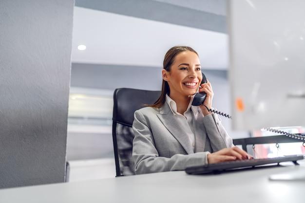 Jeune Secrétaire Sympathique Magnifique Assise Dans Son Bureau Photo Premium