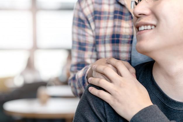 Jeune séduisant homme asiatique heureux et femme tenant par la main Photo Premium
