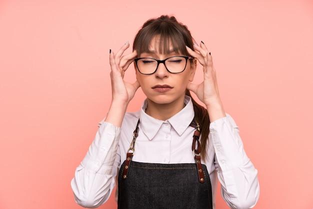 Jeune serveuse rose malheureuse et frustrée par quelque chose. expression faciale négative Photo Premium