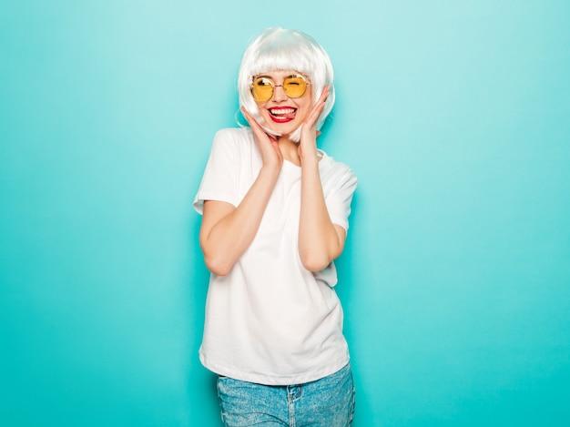 Jeune, Sexy, Sourire, Hipster, Girl, Dans, Blanc, Perruque, Et, Lèvres Rouges., Beau, Branché, Femme, Dans, été, Vêtements. Photo gratuit