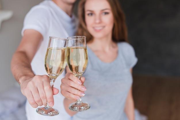 Jeune, sourire, couple, briller, lunettes champagne, chez soi Photo gratuit