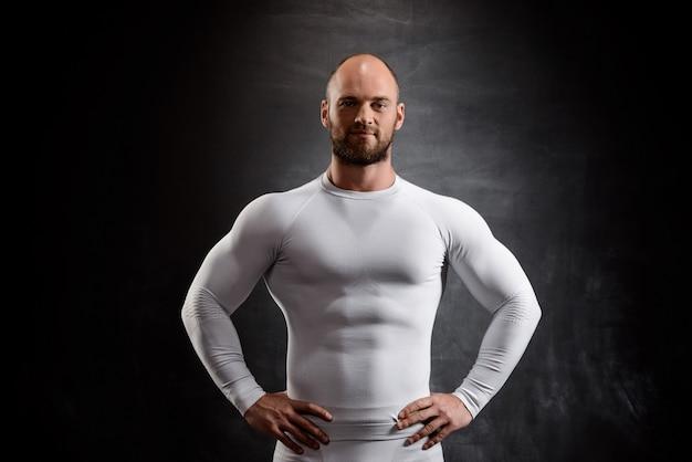 Jeune Sportif Puissant En Vêtements Blancs Sur Mur Noir. Photo gratuit