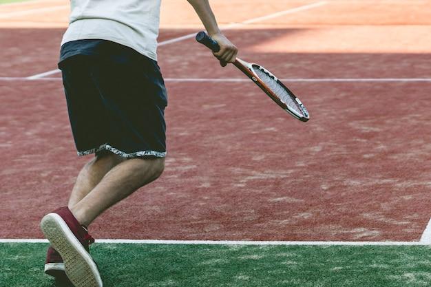 Jeune sportif tennisman sur la pratique du camp d'été Photo Premium