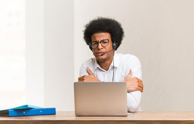 Jeune télémarketer homme noir va froid en raison de basse température Photo Premium