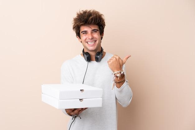 Jeune, Tenue, Pizza, Boîtes, Isolé, Mur Photo Premium