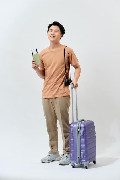 Jeune Touriste Asiatique Dans Un T-shirt Marron Photo Premium