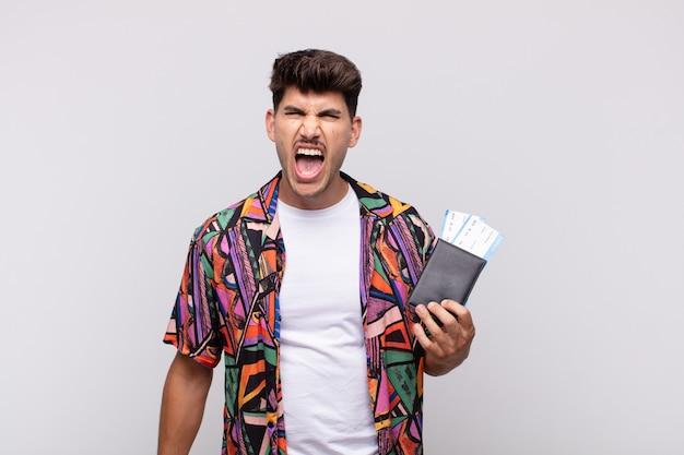 Jeune Touriste Avec Un Passeport Criant De Manière Agressive, à La Très En Colère, Frustré, Indigné Ou Agacé, Criant Non Photo Premium