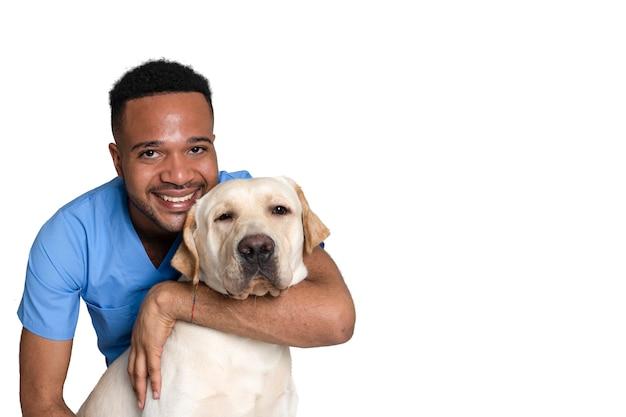 Jeune vétérinaire afro-américaine et noire avec un chien à la clinique Photo Premium
