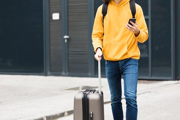 Jeune voyageur élégant avec bagages Photo gratuit