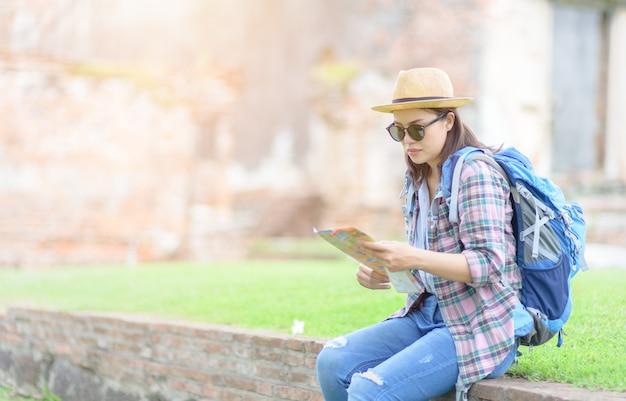 Jeune voyageur lire la carte dans le vieux temple Photo Premium