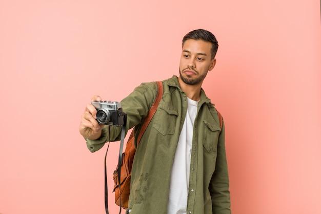 Jeune Voyageur Sud-asiatique Prenant Des Photos Avec Un Appareil Photo Rétro. Photo Premium