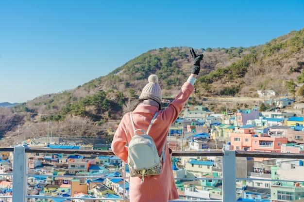 Jeune Voyageuse Asiatique Avec Sac à Dos Voyageant Dans Le Village Culturel De Gamcheon Situé à Busan, En Corée Du Sud Photo Premium