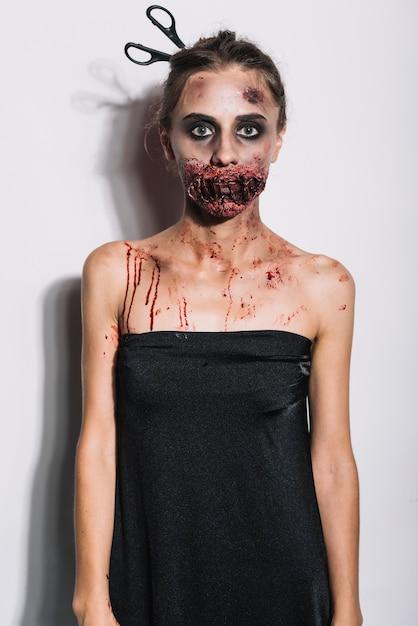 Jeune zombie en robe noire Photo gratuit