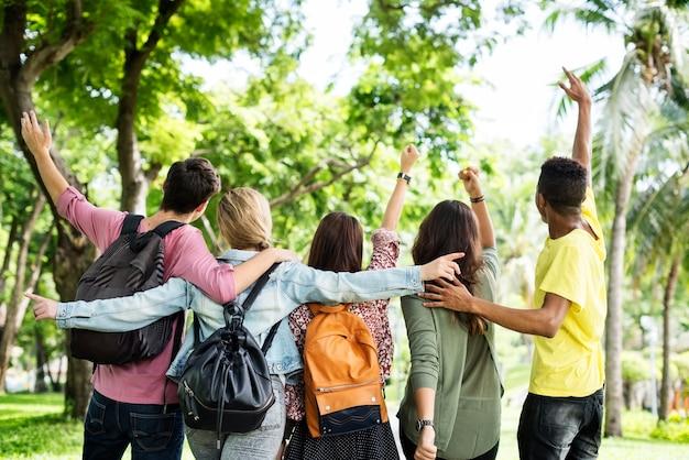 Jeunes amis dans le parc Photo gratuit