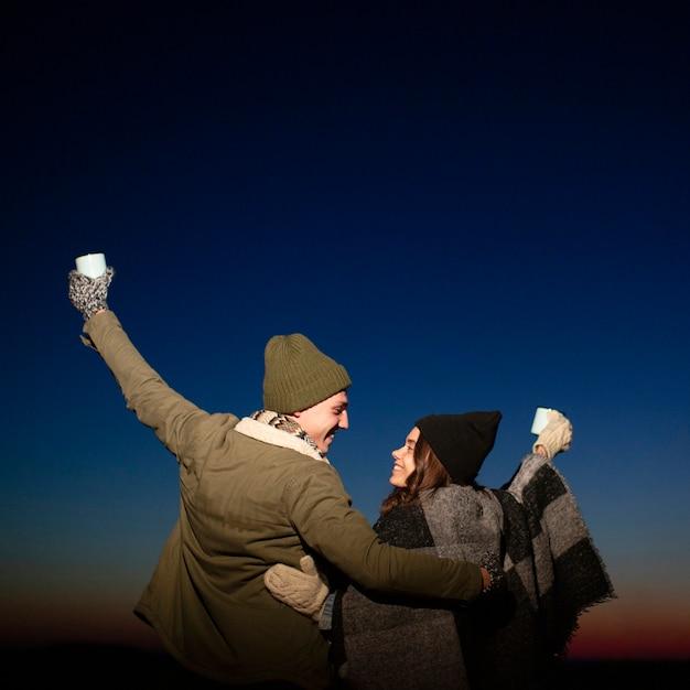 Jeunes amis ensemble à l'extérieur Photo gratuit
