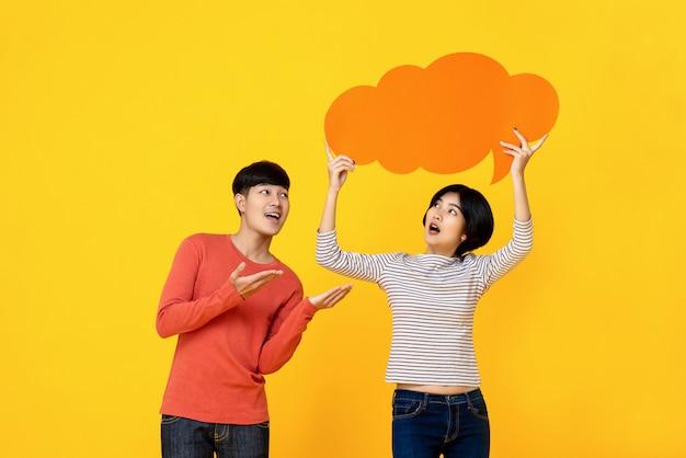 Jeunes amis étudiants asiatiques avec bulle de dialogue Photo Premium
