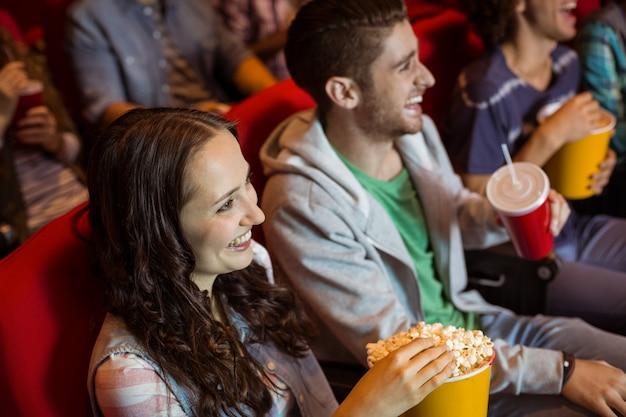 Jeunes amis en regardant un film Photo Premium