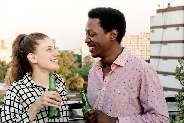 Jeunes amis s'amusant sur le toit en plein air Photo Premium