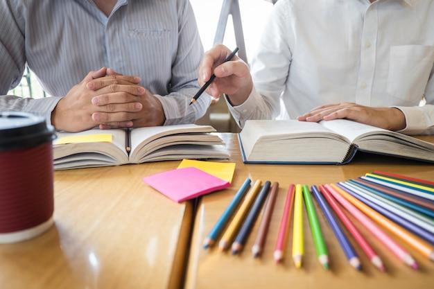 Jeunes Apprenant à Apprendre à La Connaissance Dans La Bibliothèque Pendant L'aide à Un Ami Enseignant Se Préparer à L'examen Photo Premium
