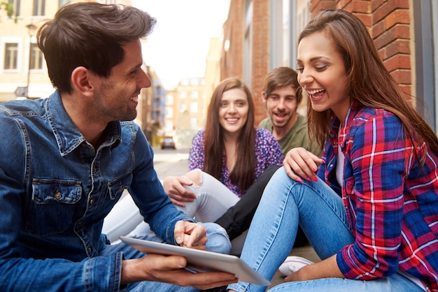 Jeunes Assis Sur Le Trottoir Photo gratuit