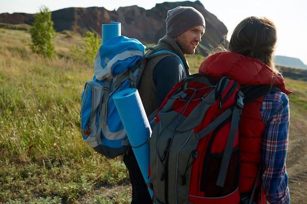 Jeunes aventuriers dans les montagnes Photo gratuit