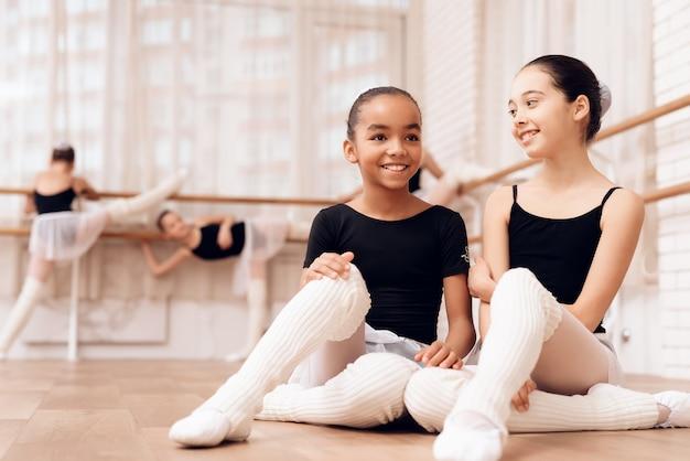 Les jeunes ballerines se reposent pendant une pause dans les cours de ballet. Photo Premium