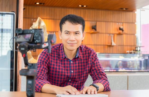Jeunes Blogueurs Travaillant Ensemble, Réalisant Des Vidéos Ou En Direct Sur Les Réseaux Sociaux, Concepts Indépendants. Photo Premium