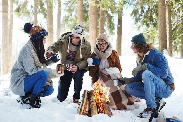 Jeunes Camping Dans La Forêt D'hiver Photo gratuit