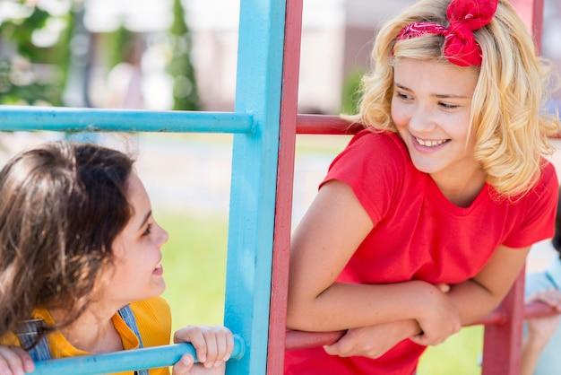 Jeunes Copines Dans Le Parc Photo gratuit