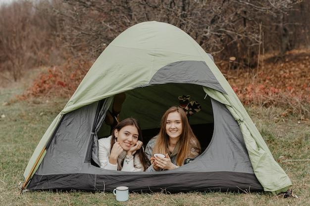 Jeunes Copines En Voyage D'hiver Avec Tente Photo gratuit