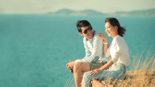 Jeunes Couples Asiatiques Se Détendre Au Bord De La Mer Photo Premium